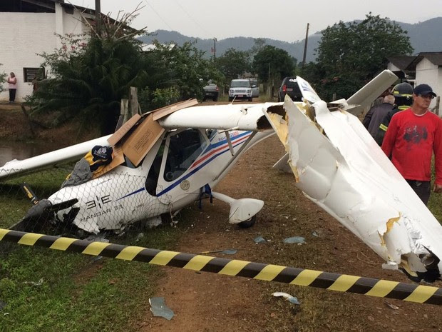 Avião de pequeno porte caiu em uma propriedade rural do Norte de SC (Foto: Willian Fritzke/O Correio do Povo)