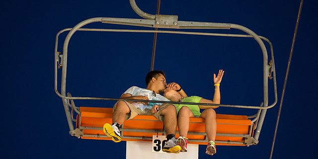 Una pareja se besa en una atracción en California.| Lucy Nicholson | Reuters