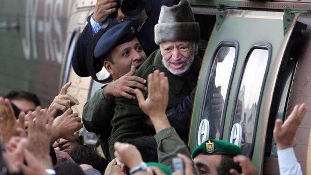 Yasser Arafat en octubre del 2004, mientras viajaba a Francia para realizarse un tratamiento médico. (EFE)