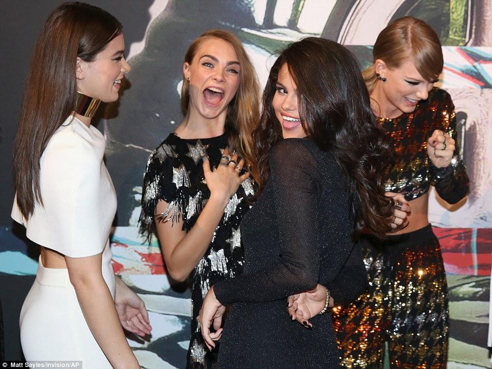 Fazê-los rir: Hailee e Taylor não conseguia parar de rir como Cara e Selena caretas