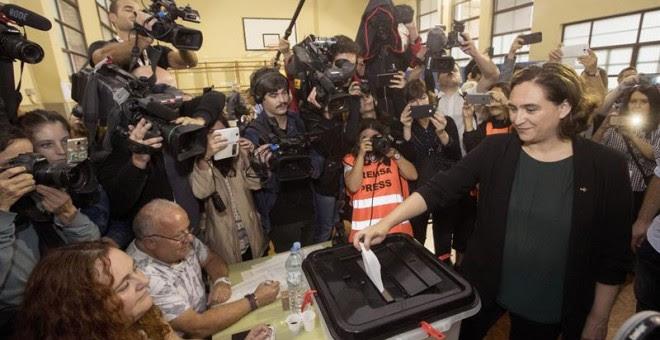La alcaldesa de Barcelona, Ada Colau, vota en el centro cívico La Sedeta de Barcelona en el referéndum sobre la independencia de Catalunya, suspendido por el Tribunal Constitucional./ EFE