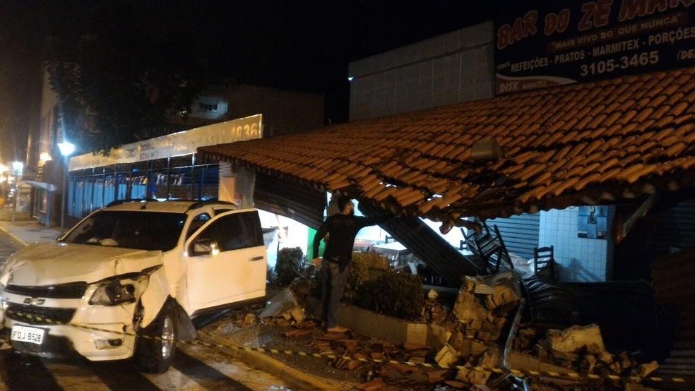 Motorista invadiu bar e destruiu cobertura do estabelecimento (Foto: Arquivo Pessoal)