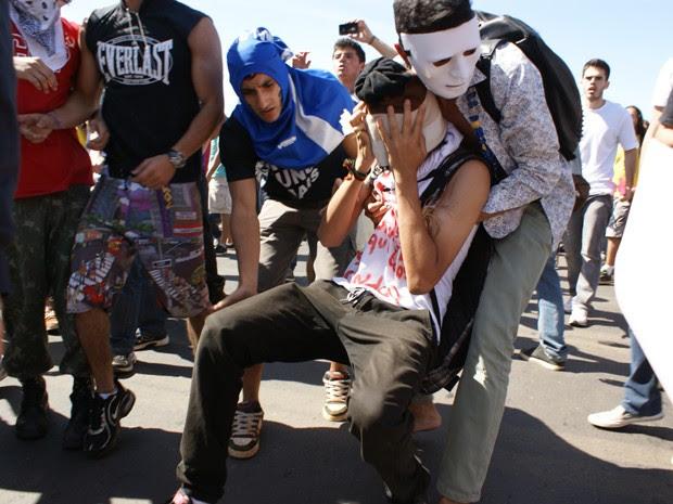 Manifestante é socorrido por colegas depois de ter sido atingido por spray de pimenta lançado por policiias (Foto: Vianey Bentes / TV Globo)