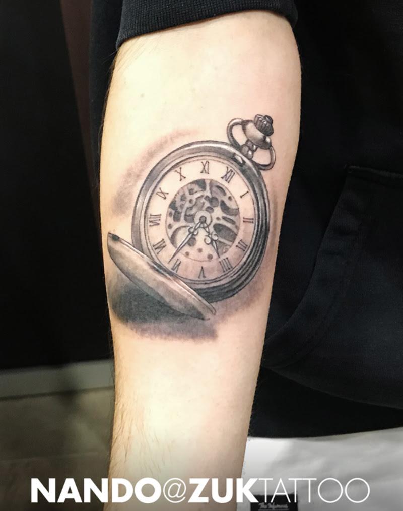 Tatuaje En Negro Y Gris De Un Reloj De Bolsillo En El Antebrazo