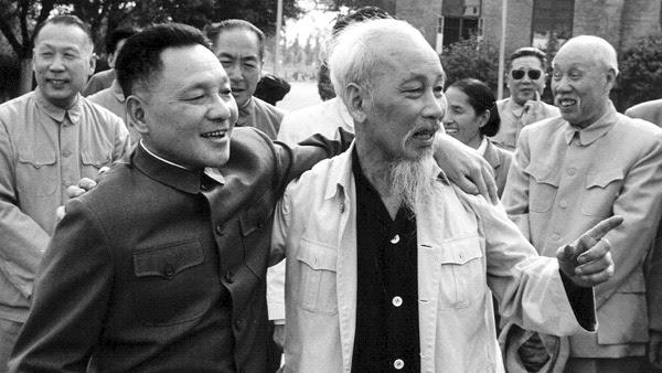 Hồ Chí Minh và bên trái là người chỉ huy trận Hoàng Sa 1974. Nguồn: OntheNet