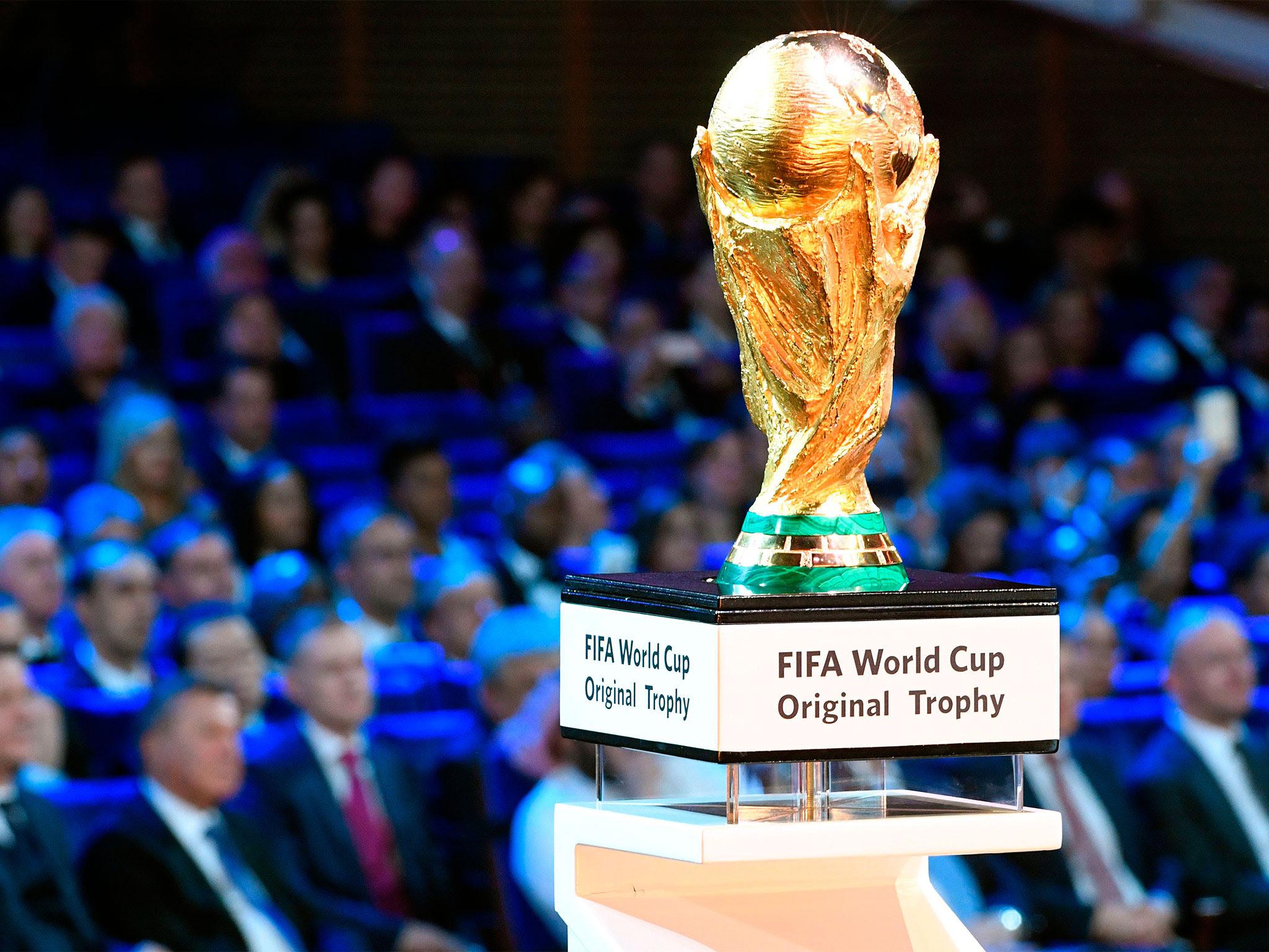 8- يتم نقش اسم الفريق الفائز بالبطولة في خلفية الكأس تبدوا غير مرئية إذا حمل الكأس من الأمام. ينقش اسم العبارة والسنة بلغة الفائز.