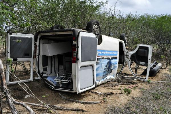 Ambulância do município de Macau capota após ultrapassagem forçada