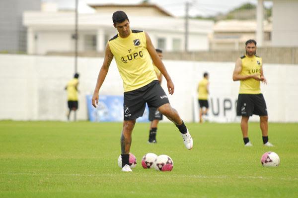 Anderson Costa treinou, marcou dois gols e deve ser a novidade do alvinegro contra os cearenses