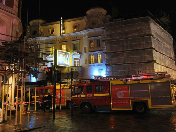 Teto de teatro desaba em Londres (Foto: AP)