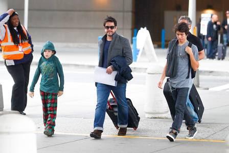 Murilo e a família saindo do aeroporto