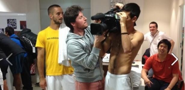 Novak Djokovic 'rouba' câmera de cinegrafista e mostra bastidores em vestiário