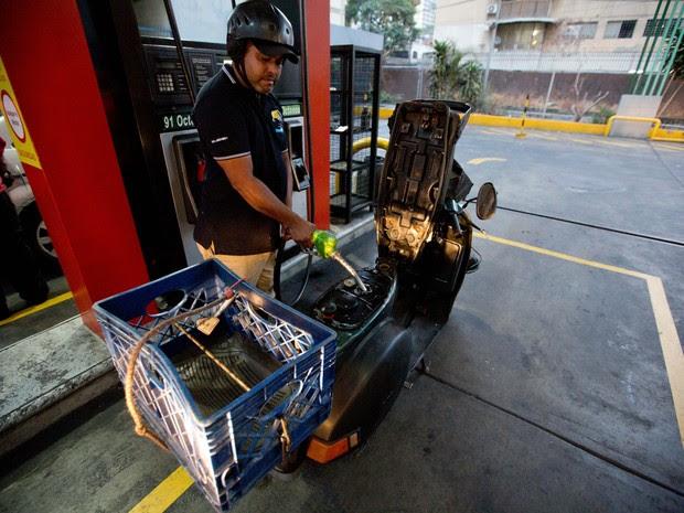 Homem no posto de gasolina em Caracas, na Venezuela (Foto: AP Foto/Fernando Llano)