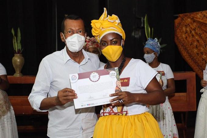 Baianas de Acarajé recebem certificado de curso Memórias, Histórias e Acervo em SAJ