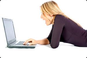 Mulher no laptop (Foto: Reprodução)