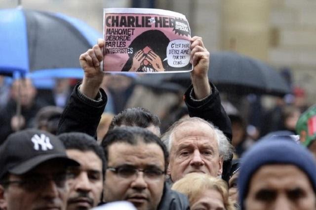 Un manifestante en Burdeos (Francia) eleva una portada de la revista Charlie Hebdo con una caricatura de Mahoma. Foto Jean Pierre Muller (AFP).