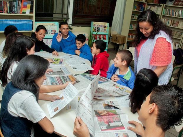 Estudantes fazem uma reunião de pauta para fazer o que vai entrar no 'Figueiredo News' (Foto: Victor Mazon/ G1)