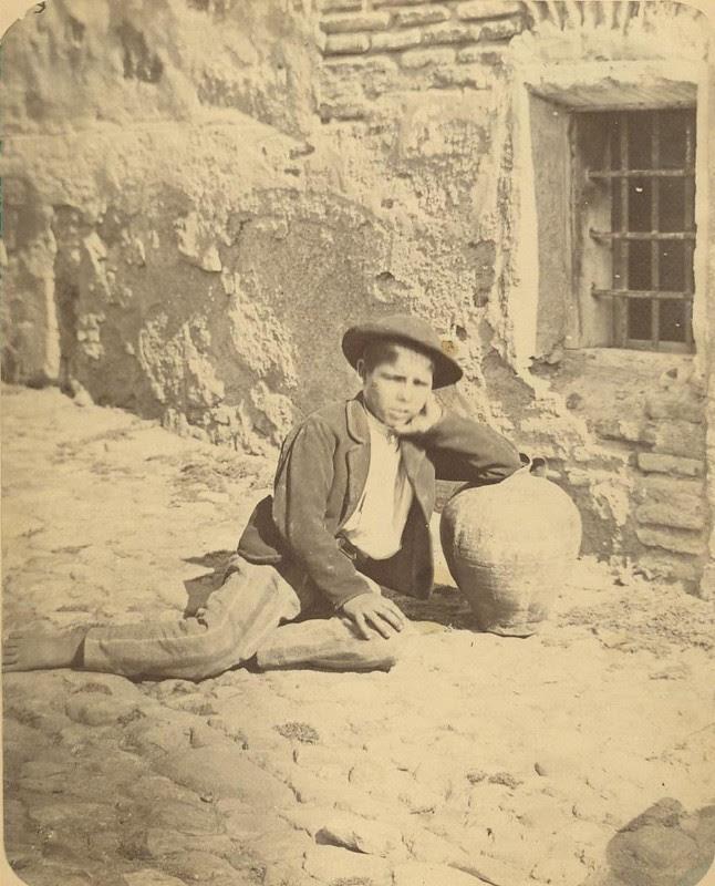 Un niño aguador en Toledo hacia 1875. Fotografía de Casiano Alguacil © Museo del Traje. Centro de Investigación del Patrimonio Etnológico. Ministerio de Educación, Cultura y Deporte