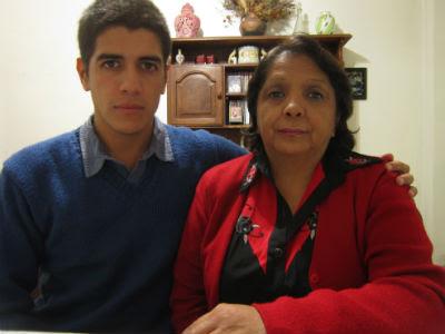 Gabriel, víctima de pedofilia a los 15 años, con su madre, Beatriz.