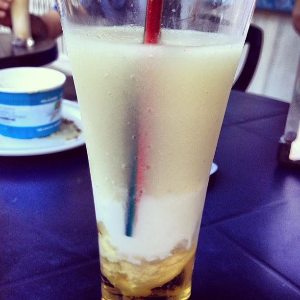 Probando el cóctel de #chirimoya y #Ron Mondero en heladería Daniel #almuñecar