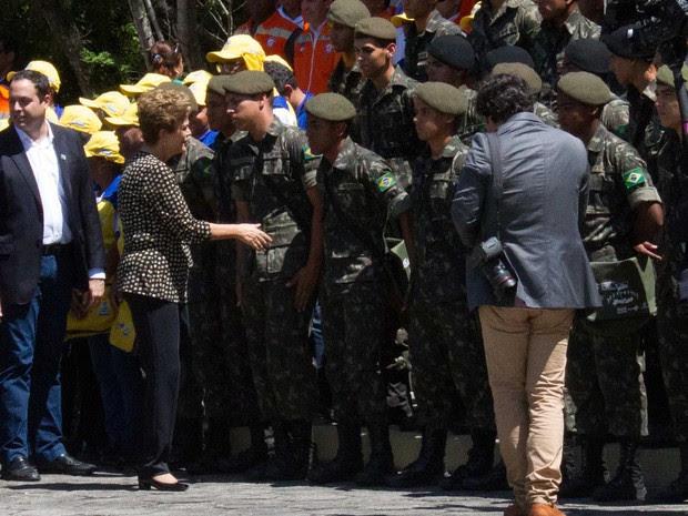 Dilma com militares no CMNE (Foto: Aldo Carneiro/Pernambuco Press)
