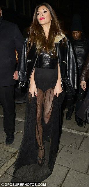 Elegante: Com uma jaqueta de couro nervoso casualmente envolto em seus ombros, X Factor juiz Nicole colocar em outra tela de moda à frente de seu mais recente aparição pública na capital