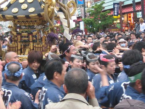 Blue team holding the mikoshi at Sanja Matsuri 2