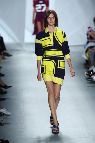 Modelo entra a la pista a lacoste durante la semana de la moda mercedes-benz — Foto de Stock #52986381