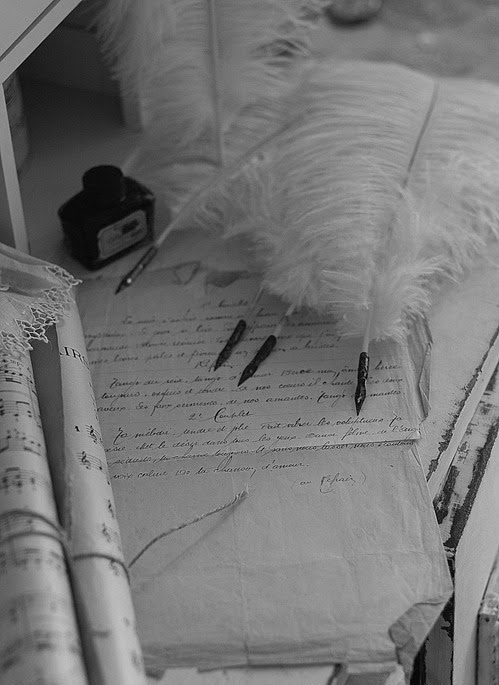 Des partitions, un manuscrit, des plumes…