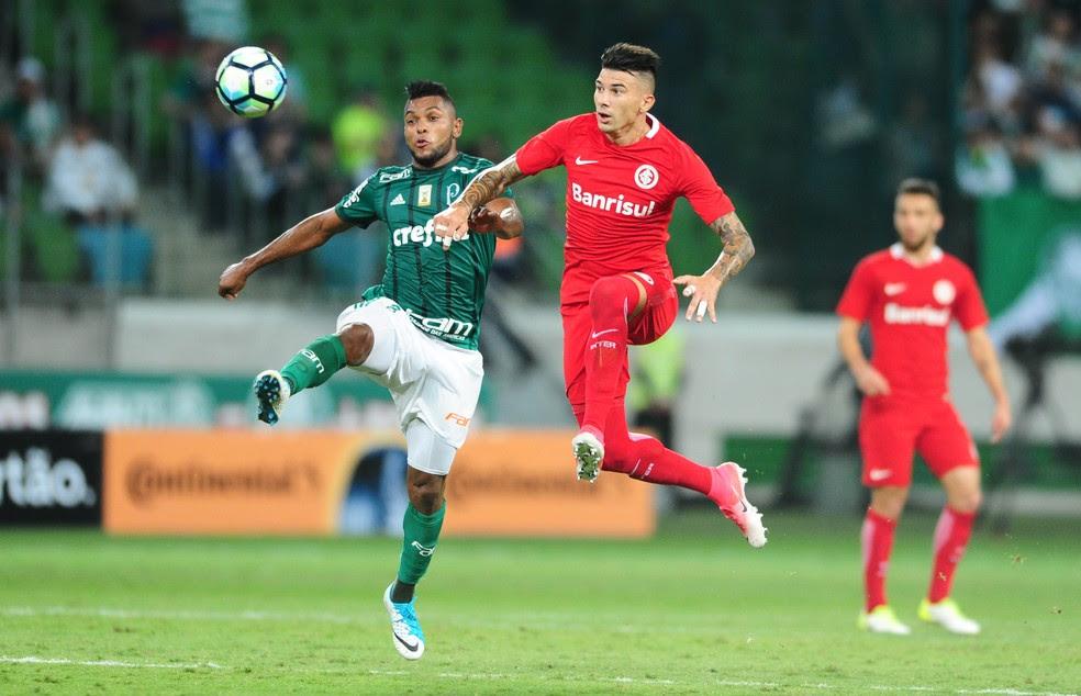 Borja disputa lance com Cuesta na arena (Foto: Ricardo Duarte/Divulgação, Inter)