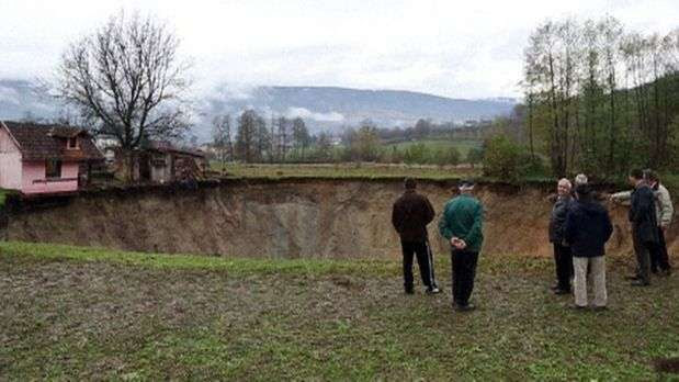 Cratera se abre misteriosamente e engole lago inteiro