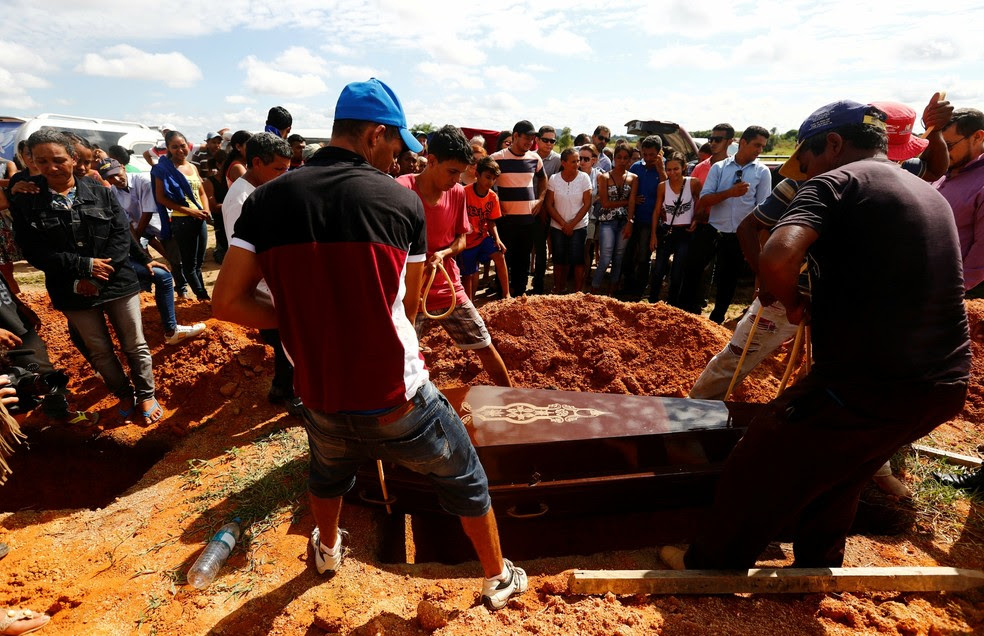 Parentes enterram vítimas de massacre no Pará (Foto: Lunae Parracho/Reuters)