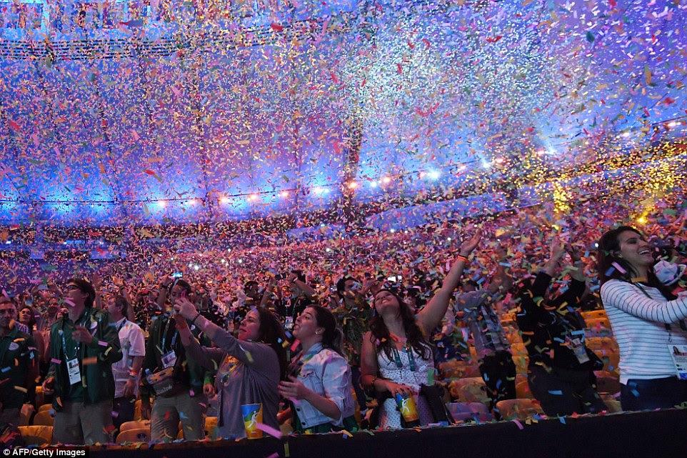 Espectadores assistir ao fim da cerimônia de abertura dos Jogos Olímpicos Rio 2016 no estádio do Maracanã, no Rio de Janeiro