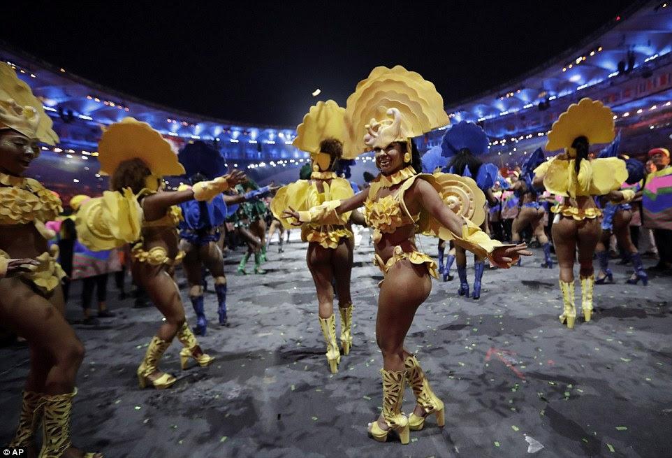 Os trajes sumários, que se assemelham aos usados no Carnaval do Rio, foram usados por dançarinos na exibição final da noite