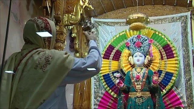 British Hindus celebrate Holi festival - BBC News