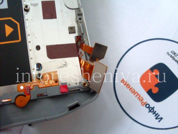 Разборка BlackBerry P'9982 Porsche Design: Remember the connectors! Be careful while jamming through the hole. / Помните про коннекторы! Будьте осторожны во время протаскивания их через отверстие в корпусе.