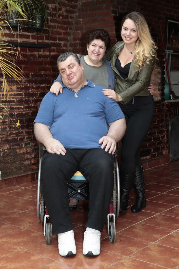 Gerson Brenner, a mulher Marta Mendonça e a filha Anna Haas (Foto: Divulgação/Revista Conta Mais)