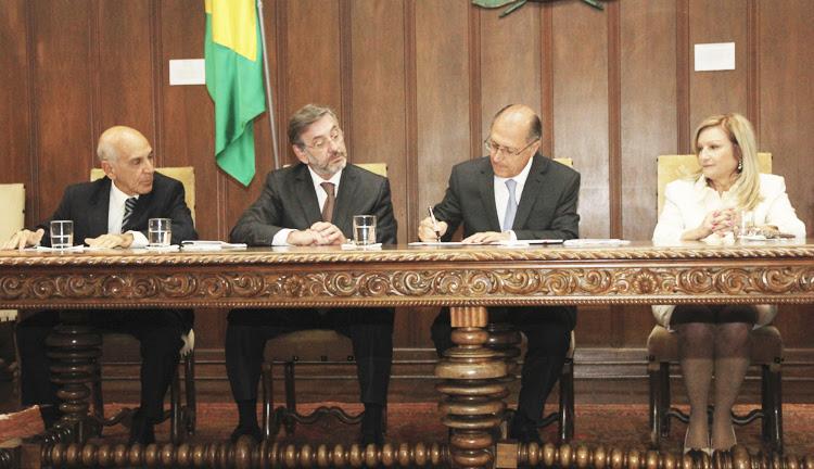 O Governador Geraldo Alckmin sanciona a lei no Palácio dos Bandeirantes: autorizada a criação da Promotoria de Justiça de Combate à Violência Doméstica contra a Mulher