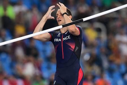 Atleta francês lamenta ao não conseguir superar salto do brasileiro.