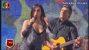 Safira sensual a cantar