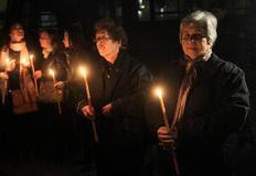 Επιζώντες της σφαγής του Διστόμου κρατούν κεριά έξω από την Γερμανική Πρεσβεία σε μία διαμαρτυρία διεκδίκησης αποζημιώσεων την περασμένη εβδομάδα.