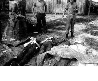 Foto del archivo del exgeneral José Antônio de Souza Perez que muestra a dos guerrilleros abatidos.