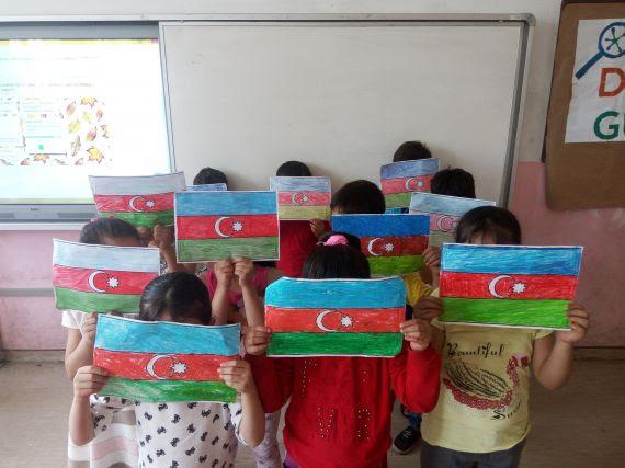 Azerbaycan Cumhuriyet Günü Nedeniyle Azerbaycan Bayrağı Boyama