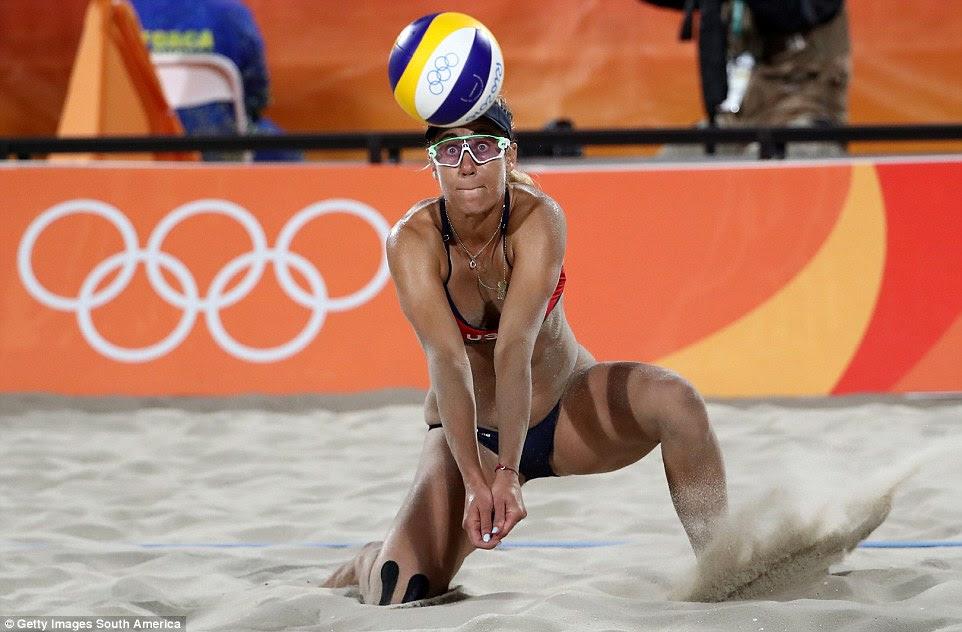 April Ross vai para baixo para jogar a bola no voleibol de praia, enquanto ela e Kerri Walsh ganhou uma medalha de bronze