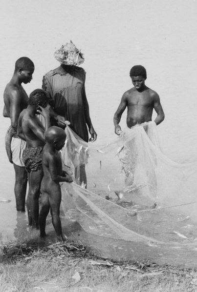 File:COLLECTIE TROPENMUSEUM Vissers met hun vangst in de Niger rivier nabij Mopti TMnr 20016798.jpg