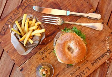 Bagel façon burger avec des frites.