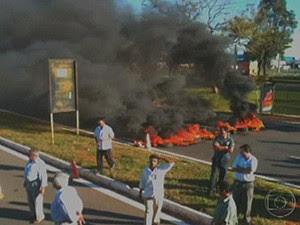 Taxistas atearam fogo a pneus na via que dá acesso ao Aeroporto JK (Foto: Reprodução/ TV Globo)