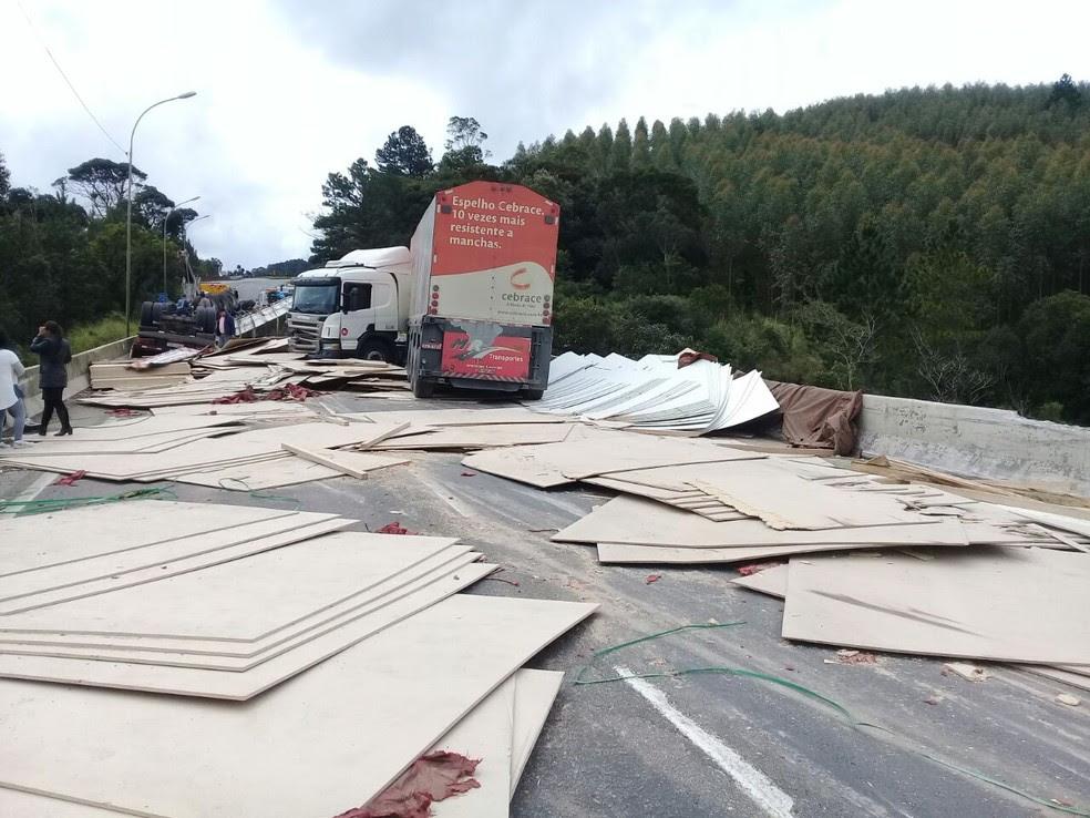 Carga de um dos caminhões ficou espalhada pela pista (Foto: Divulgação/PRF)