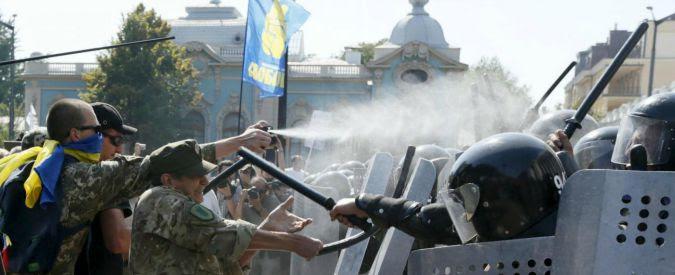 """Kiev, granata fuori dal Parlamento: 90 poliziotti feriti. """"Ci sono dei morti"""""""