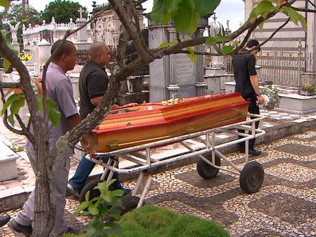 Enterro dos irmãos mortos em acidente de trânsito no bairro de Ondina, em Salvador, na Bahia (Foto: Reprodução/TV Bahia)