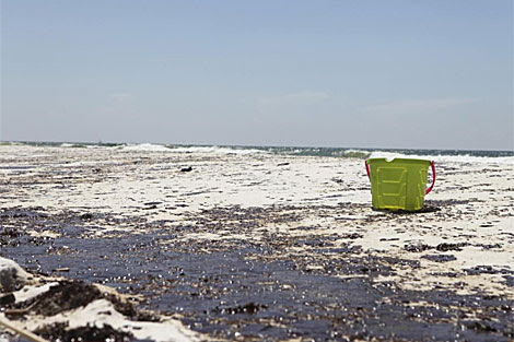 Manchas de alquitrán en las playas de Pensacola. | Reuters